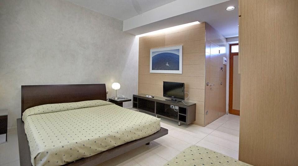 Arredamento camere arredamenti su misura per bar for Arredamento camere hotel prezzi