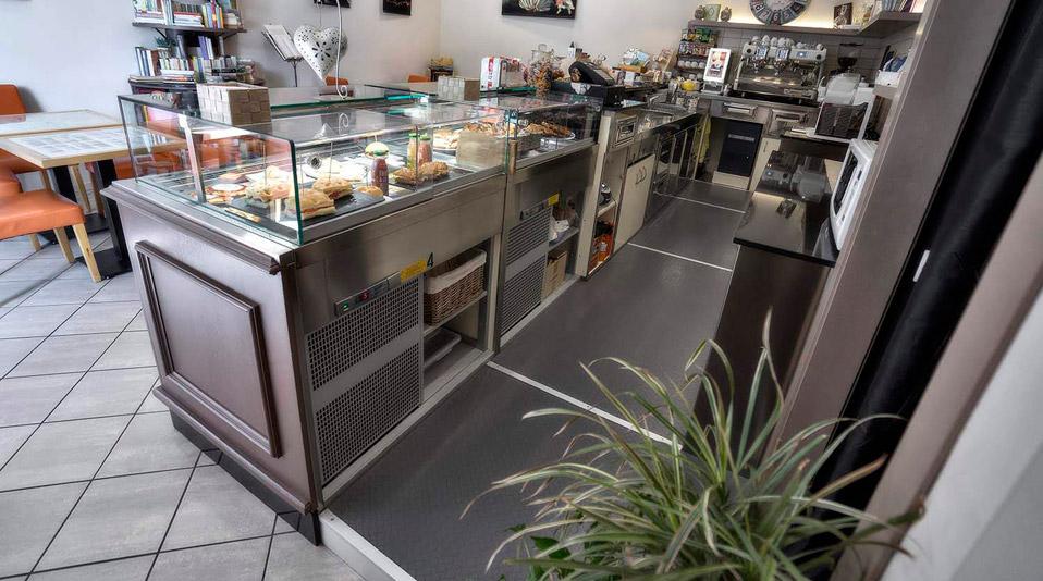 Arredamento realizzato per la caffetteria bistrot deka for Arredamento bar economico