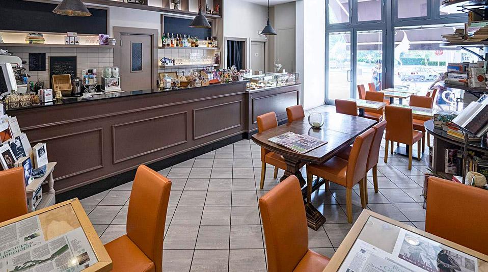 Arredamento realizzato per la caffetteria bistrot deka for Arredamento bistrot