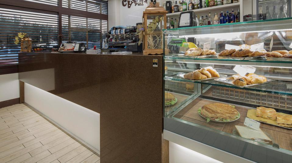 Arredamento realizzato per pik bar bistrot caffeina 39 s for Arredamento bar economico